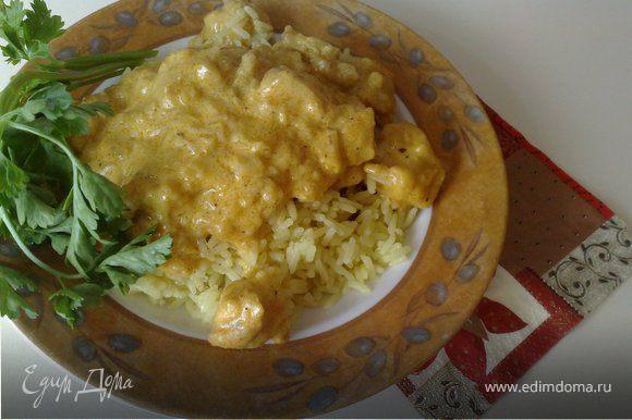 За 10 минут до готовности добавить готовый соус карри, перец (черный, паприка, перечная смесь), сметану, смешанную с крахмалом.Подать в глубоком блюде, положив на отварной рис.