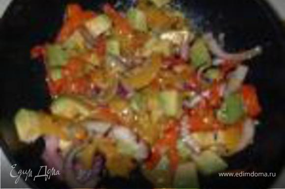 """Сервировка. На тарелку выложить """"постель"""" из зелени. Свернуть огурец в цилиндр и установить в центре тарелки. Наполнить цилиндр сначала крабовой начинкой, сверху печеными овощами."""