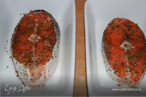 Пока угли готовятся, приготовим стейки форели(семги),замариновав их в смеси оливкового масла и прованских трав