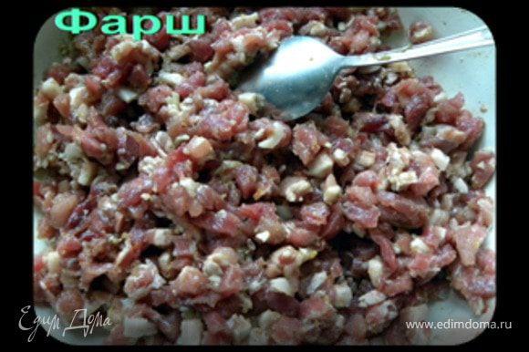 Мясо режем на маленькие квадратики размером 0.5x0.5 см. Всё хорошо перемешиваем. Солим и перчим чёрным свеже молотым чёрным перцем по вкусу. Присыпаем красным жгучим перцем (не переборщить). Взбрызгиваем соевым соусом, добавляем столовую ложку домашней аджики (по желанию) и мелко рубленного чеснока (5 зубчиков). Присыпаем одной столовой ложкой картофельного крахмала и одной пачкой пищевого желатина (15 гр.).