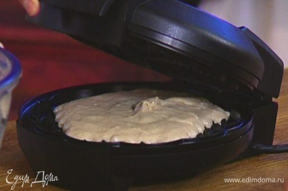 Разогретую вафельницу смазать оливковым маслом, выкладывать небольшое количество теста и выпекать вафли.