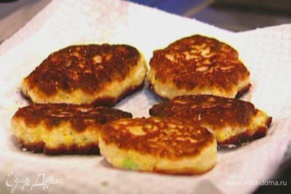 Разогреть в сковороде оливковое масло и жарить оладьи, выкладывая их на бумажное полотенце, чтобы убрать излишки жира.
