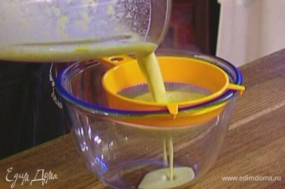 Выложить порей вместе со сливками в блендер и взбивать до получения однородной массы, затем протереть соус через сито.