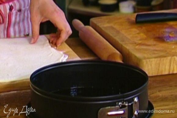 Форму для выпечки смазать оливковым маслом.