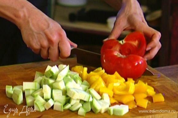 Кабачок и помидор нарезать небольшими кубиками.