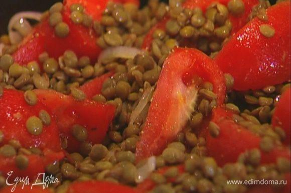 Выложить к помидорам с луком отваренную чечевицу, перемешать и оставить томиться на медленном огне.