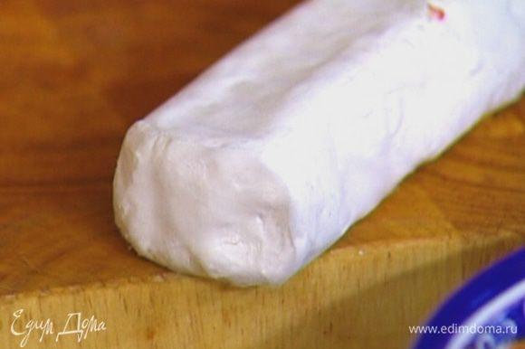 Сыр поломать или порезать на небольшие кусочки.