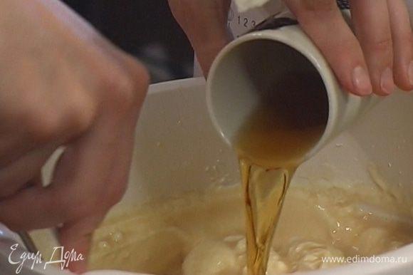 Приготовить крем: взбить сливки со 100 г сахарной пудры, добавить ванильный экстракт и коньяк, все перемешать.