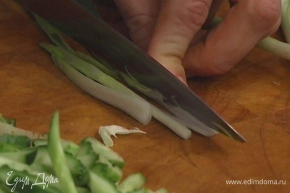 Зеленый лук порубить.