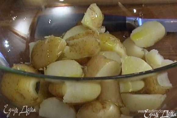 Сваренную картошку разрезать на четыре части, выложить в салатницу, влить 2 ст. ложки оливкового масла, все перемешать.