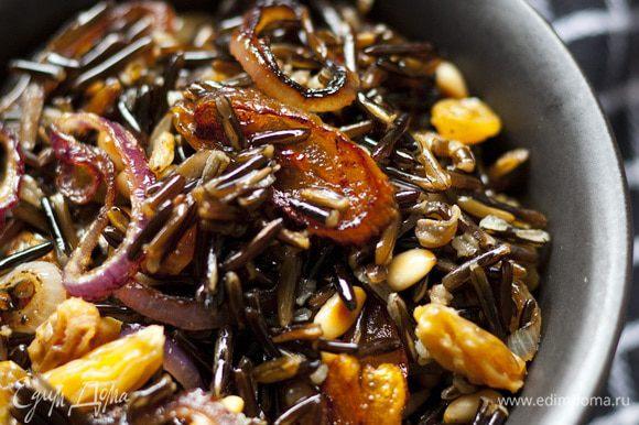 Изюм отжать, добавить в рис, все хорошенько перемешать. Заправить оливковым маслом, посолить по вкусу.