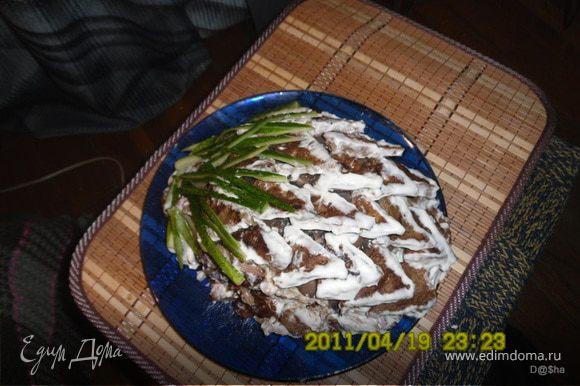 Тесто: Печень перекрутить через мясорубку с луком,добавить яйцо,муку,крахмал,соль,соду. Начинка: грибы обжарит.Отдельно смешать майонез с чесноком (выдавить через чесночницу) и сыром. Каждый блинчик обмазать сырной смесью и положить поверх шампиньоны,порезанные пластинками. Для украшения сделать чешуйки,порезав несколько блинчиков и обмакнув их в майонез.Уложить чешуйки и порезать огурчик для верха. Приятного аппетита!!!