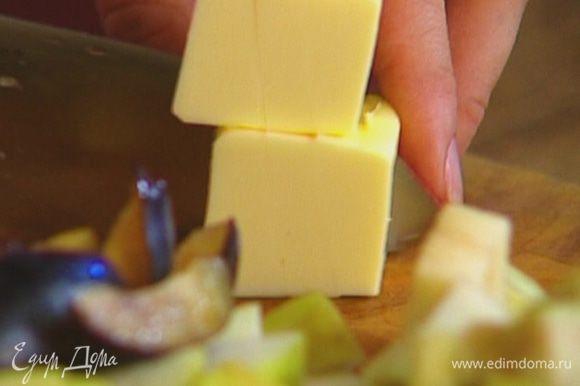 Масло порубить маленькими кусочками.