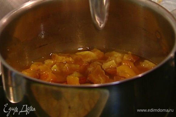 Как только вода закипит, снять кастрюлю с огня, добавить ванильный экстракт, мед и перемешать.