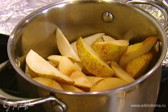 Из груш удалить сердцевину и нарезать их вместе с кожурой крупными дольками. Выложить груши в кастрюлю, добавить 2 ст. ложки сахара, корицу и 50 мл воды, накрыть крышкой и поставить на сильный огонь на 5–10 минут.