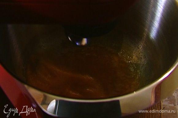 Яйца с сахаром взбивать в комбайне на высокой скорости в течение 2–3 минут.