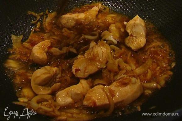 Как только мясо начнет светлеть, влить соевый соус, соус наршараб, сок лайма, уксус и рыбный соус, перемешать и обжаривать до готовности курицы.