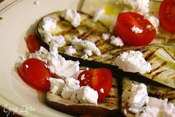 Сыр нарезать небольшими кусочками и добавить в салат.