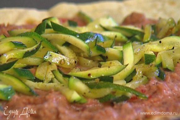 Вынуть из духовки подсушенный лаваш, выложить на него фасолевый соус и обжаренный цукини.