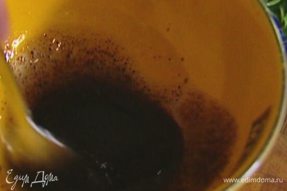 Приготовить заправку: соединить оставшееся оливковое масло, бальзамический уксус, соль, перец и перемешать.