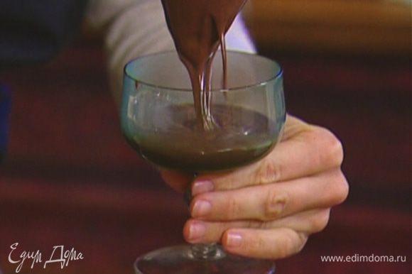 Разлить крем-мусс в прозрачные бокалы или вазочки.