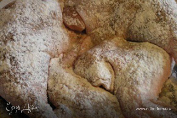 Курицу нарезать на порционные кусочки, посолить, поперчить, присыпать мукой.