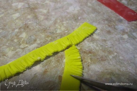 Каждую полоску, с одной стороны,нарезаем меленикими надрезами. Днлаем что-то вроде бахромы.