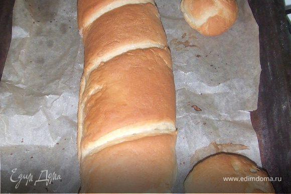 Заранее разогреть духовку до 200 градусов, поставить противень с хлебом и выпекать около 35-40 минут, пока хлеб не приобретет характерный цвет и консистенцию. Остудить хлеб. Нарезать хлеб на порционные куски и подать к столу.