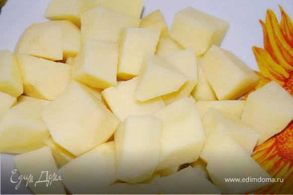 В воду или бульон кладем картофель.