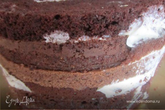 Торт достать из холодильника, Освободить от фольги. Если края получились немного неровные, обрезать их острым ножом.