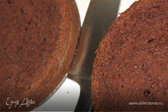 Разрезать торт пополам и пробрыгзать коньяком.