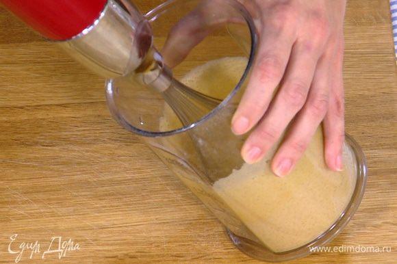 Яйца слегка взбить с сахаром, добавить ванильный экстракт, влить кефир и еще немного взбить венчиком.