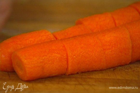 Морковь почистить и нарезать небольшими брусками.