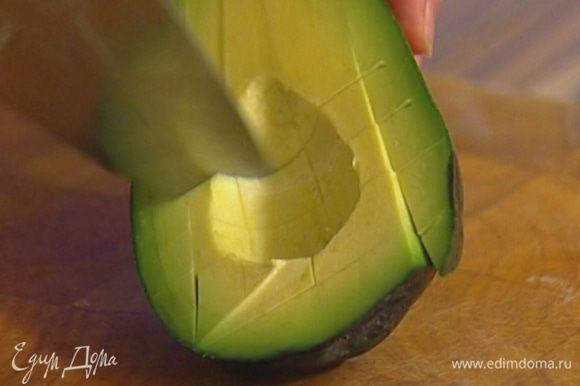 Авокадо почистить и, удалив косточку, нарезать кубиками.