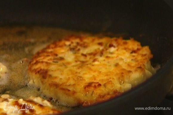 Разогреть в сковороде оливковое масло и обжарить сырники с каждой стороны до золотистого цвета.