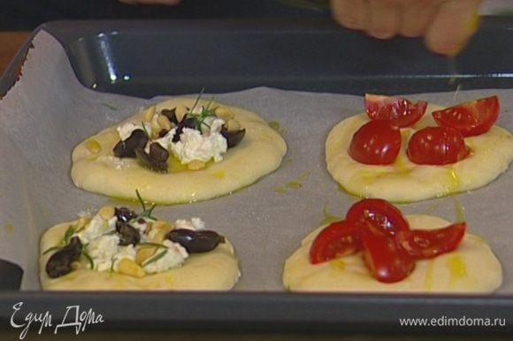 Сбрызнуть еще раз оливковым маслом и выпекать в разогретой духовке около 7 минут.