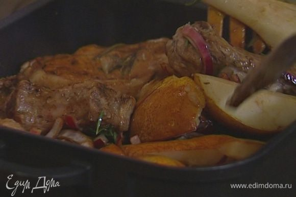 Минут через 10−15 перевернуть отбивные так, чтобы все груши оказались внизу. Понизить температуру в духовке до 180°С и запекать мясо еще около получаса. Затем затянуть форму фольгой и поставить в теплое место.