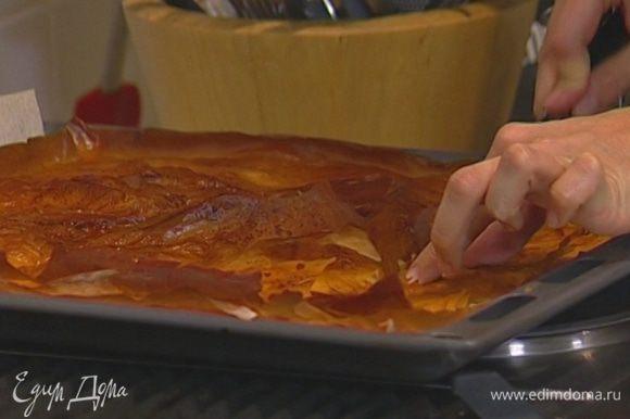 Дать пирогу остыть и нарезать кусочками. Можно присыпать сахарной пудрой.