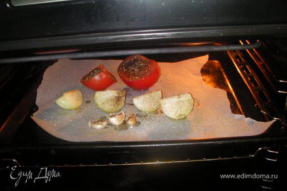 Для приготовления заправки разрежь помидоры пополам,очищенную луковицу-на 4 части.Выложи овощи на противень вместе с неочищенными зубчиками чеснока.Сбрызни растительным маслом, посоли,поперчи и посыпь базиликом.Запекаем овощи для соуса в духовке 45 мин. при Т=180С.