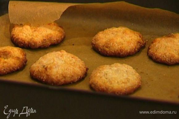 Противень застелить бумагой для выпечки, смазать ее оливковым маслом, выложить шарики из теста и слегка придавить их. Поставить печенье в разогретую духовку на 10–12 минут.