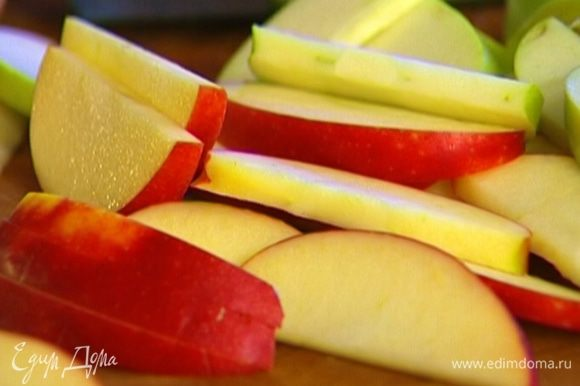 Яблоки, удалив сердцевину, нарезать ломтиками.