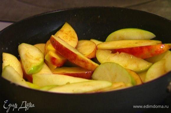 Когда яблоки станут мягче, добавить мед, перемешать. Затем посыпать корицей и еще раз перемешать.