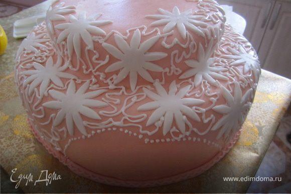 На торт выложить ромашки из мастики, между ними пройтись айсингом.