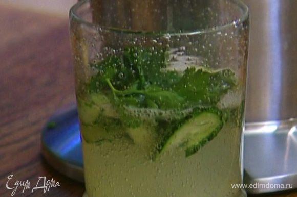 Выжать в напиток сок лимона.