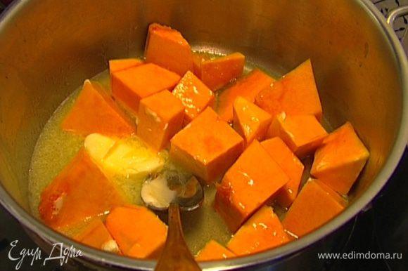 В тяжелой кастрюле разогреть 1 ст. ложку сливочного масла, влить 50 мл воды, добавить мед и кусочки тыквы, перемешать и готовить около 20 минут.
