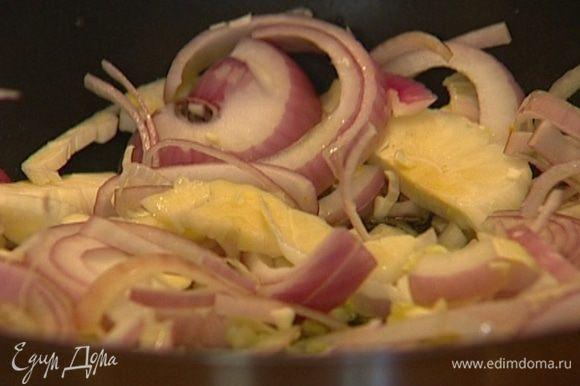 Разогреть в сковороде 2−3 ст. ложки оливкового масла, обжарить лук и чеснок.