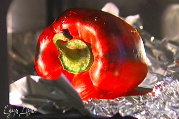 Сладкий перец запечь в разогретой духовке, положить на пару минут в кастрюлю и плотно закрыть крышкой, затем снять кожицу и удалить семена.