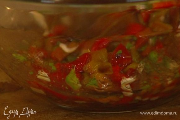 Приготовить соус: сладкий перец соединить с кинзой, чили и половиной нарубленного чеснока, влить лимонный сок, все посолить и перемешать.