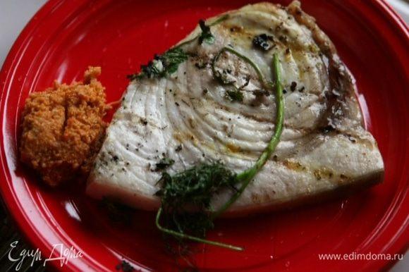 Обжарить рыбу на гриле и подавать с ореховым соусом.
