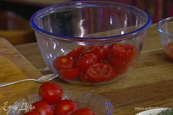 Присыпать половинки помидоров 1−2 ст. ложками сахара, солью и свежемолотым перцем, сбрызнуть 1−2 ст. ложками оливкового масла и перемешать.